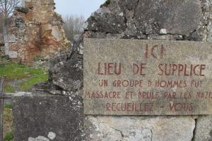 Placas como esta recuerdan en Oradour los lugares donde fueron hallados cuerpos de vecinos asesinados por los SS.