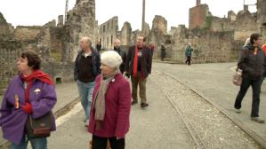 Recorriendo la calle principal, en compañía de miembros del Ateneo Republicano du Limousin
