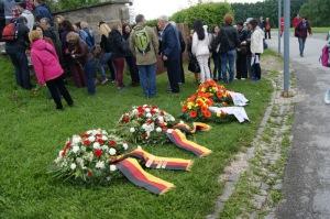 Cada país entrega coronas a las víctimas de los otros países en recuerdo de su inmolación como hermanos. Los del protocolo español lo desconocen.