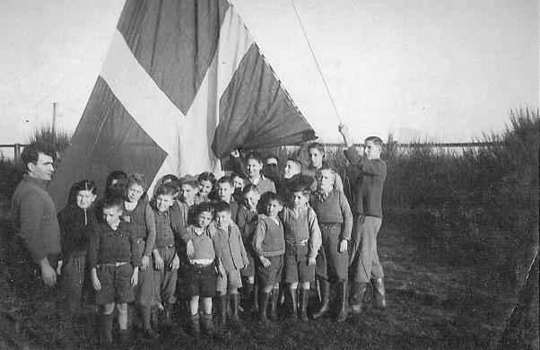Los niños españoles de Dinamarca - En Hasmark izando bandera