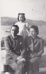 Donnina Alende con su esposo Carmelo Bilbao y su hijita Violeta. Es Vigo sobre 1942-3