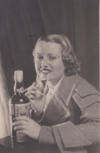 Carlos Peláez era el novio de Manolita Alende, la hermana de donnina. Les hizo fotos como modelos de publicidad de su época.