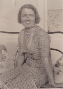 Donnina en 1934. Está un poquito más delgada pero su sonrisa todo lo puede. Es la foto que envío a su novio que había regresado a la península. En la parte de atrás pone «mi novia Donnina».