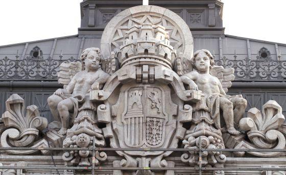 Escudo republicano que se conserva en la fachada del Banco de España en Madrid. / JAIME VILLANUEVA